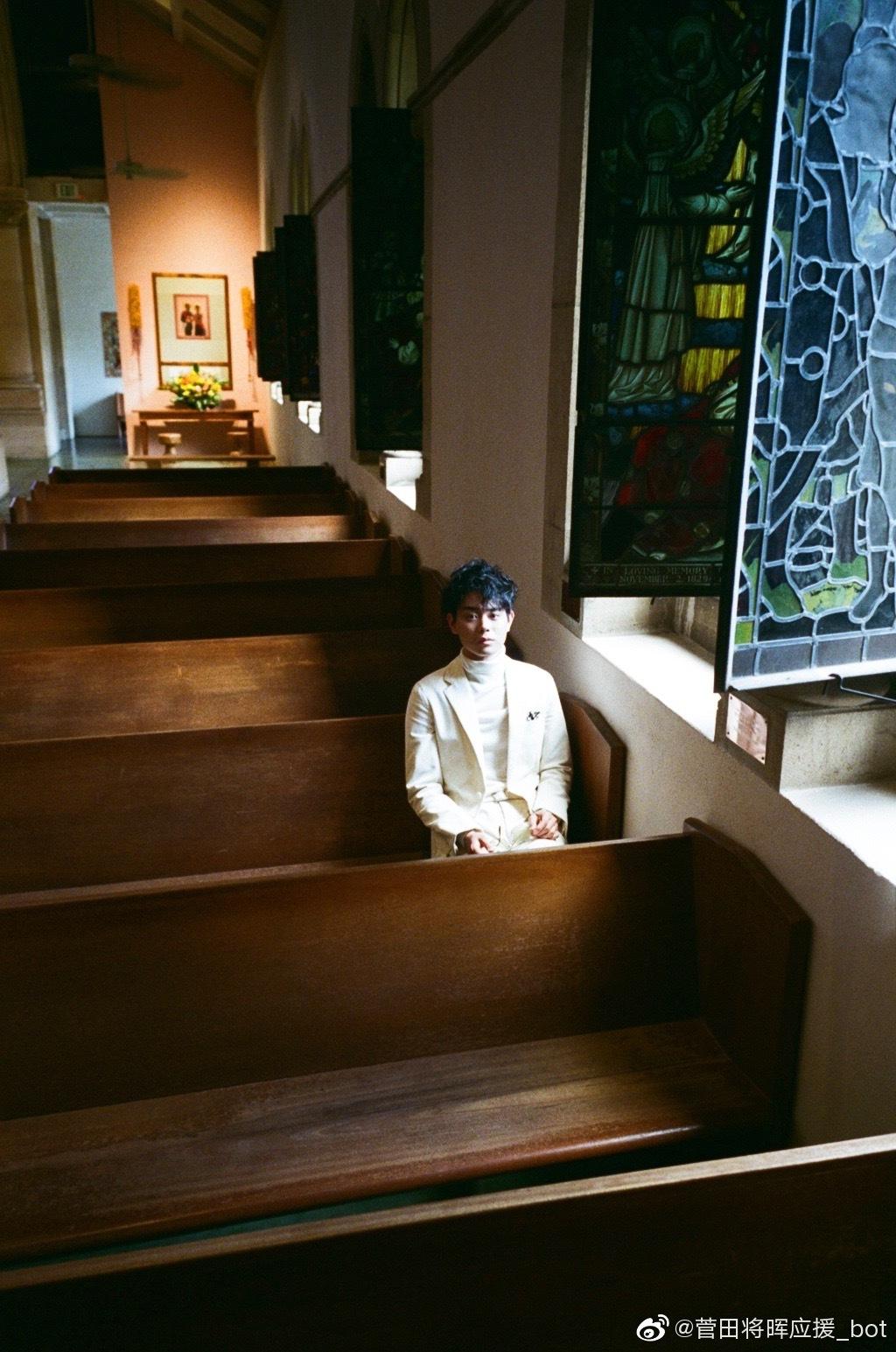 太贺在夏威夷圣安德烈大教堂为菅田将晖拍摄的照片。